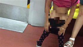 女童在北京地鐵便溺、車廂尿尿、地鐵小便、小便/翻攝自微博