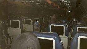 越洋航空(Air Transat)班機延誤,乘客受困近6小時。(圖/翻攝自Steve Candela臉書)