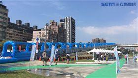 新月水道節首創結合新月橋自行車引道,打造全台最高滑水道,讓民眾清涼消暑。