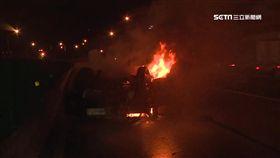 疑車速快失控自撞 悚!轎車翻覆成火球