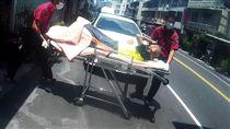 天氣熱烘烘,嘉義一名老翁疑熱衰竭送醫。(圖/消防局提供/中央社)-就醫-救護人員-病患-送醫-急救-119-