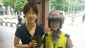 韓女與警備隊員警許培芳一同開心合影留念。(圖/翻攝畫面)