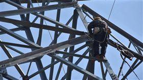 工作人員搶修花蓮和平電廠。圖/翻攝經濟部臉書