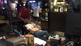 網友路過驚見店內一名女子正在幫另名女子做臉。(圖/翻攝自我是新莊人)
