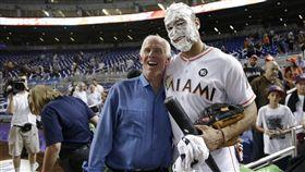 ▲邁阿密馬林魚怪力男Giancarlo Stanton(右)掃射43轟破隊史紀錄,賽後與父親Mike合影。(圖/美聯社/達志影像)