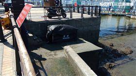 有遊客今天上午路過淡水碼頭時發現岸邊有一具浮屍。(圖/翻攝畫面)