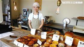 烘培職人老闆佐藤小姐親切招待客人。(圖/三立)
