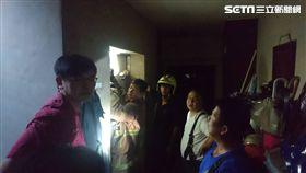 警消人員試著將電梯門打開。(圖/記者游承霖攝)