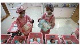 日本,嬰兒(koreaboo http://www.koreaboo.com/buzz/viral-asia/son-rich-family-accidentally-switched-son-poor-family-birth-destinies-changed-forever/)