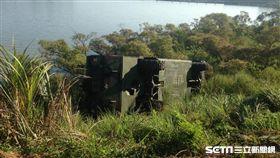 陸軍第六軍團工兵 M3 浮橋車翻覆至斜坡下