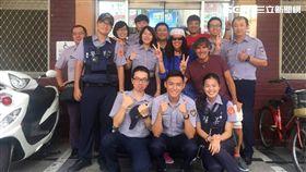 台北市萬華分局漢中所,這次一口氣來了7個實習生,實習結束後聚在派出所合影留念,還遇上外國觀光客來插花(楊忠翰攝)