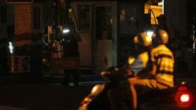 沒電 不能加油(1)815全台大停電,全台各地15日下午起陸續發生無預警停電,晚間仍有多處尚未復電。高雄地區也受到影響,多處加油站停電,員工持手電筒在摸黑的加油站內,向想加油的民眾告知不能加油。中央社記者董俊志攝 106年8月15日