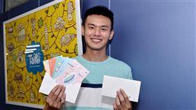 民眾自世大運開幕日(819)起可至臺北市各旅服中心索取明信片。。(圖/觀傳局提供)