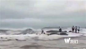 山東日照市日照燈塔風景區遊客被大浪捲走/秒拍