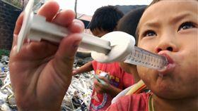 在廢料工廠長大的孩子們,無法享受一般孩子的成長過程。(圖/CNEX影展提供)