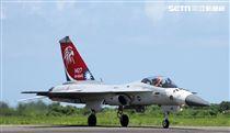 我國自行研發經國號戰機(IDF)彩繪單機特技操演。(記者邱榮吉/攝影)