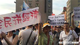 世大運開幕 反年改舉旗抗議 現場群魔亂舞喊「台灣加油」 盧冠妃攝