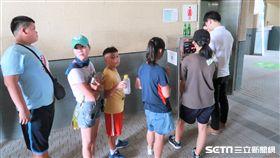 天母棒球場販賣部飲水不足,球迷只能在飲水機排隊裝水喝。(圖/記者王怡翔攝)