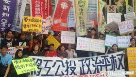 移工集結立法院爭公投,要求廢除不合理制度。(圖/校園記者林芷儀攝)