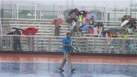 天雨影響滑輪溜冰賽事受颱風天鴿影響,台北市迎風河濱公園溜冰場21日午後突然下起大雨,世大運滑輪溜冰賽事暫時中斷。工作人員到場中收拾計時器,觀眾則紛紛走避躲雨。中央社記者徐肇昌攝 106年8月21日