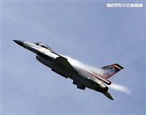 F16戰機彩繪單機特技操演。(記者邱榮吉/攝影)