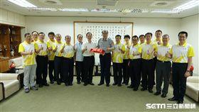 警察局長邱豐光接下警政署督察室薛國材頒發的百萬獎金 市警局提供