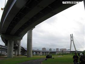 男子從20公尺高的新北大橋跳下,當場死亡。(圖/翻攝畫面)