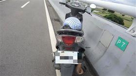 吳男獨自騎乘機車到成蘆橋後,從橋上一躍而下當場死亡。(圖/翻攝畫面)