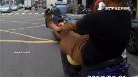 「怪咖」騎士!半路突伸出左腳 蛇行占快車道