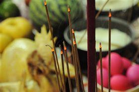普渡,拜拜,供品,香 圖/攝影者Rick Chung, Flickr CCLicense https://flic.kr/p/d37kwG