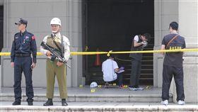 總統府憲兵遭攻擊  警方採證(1)一名總統府守衛憲兵18日上午遭持刀男子砍傷,警方在現場採集證物。中央社記者張皓安攝  106年8月18日