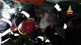 16:9 影/振奮人心!義大利小島遇地震 瓦礫堆中成功救出小嬰兒 圖/翻攝自Vigili del Fuoco Twitter https://twitter.com/emergenzavvf