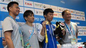 ▲李智凱(右2)獲得男子鞍馬項目金牌,教練濱田貞雄(右1)與林育信(左2)合影。(圖/記者蕭保祥攝)