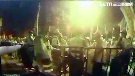 反年改團體攻進小巨蛋南大門廣場,媒體質疑萬華分局警員「放水」,實則彰化縣軍公教聯盟召集人吳萬固率眾強行搬開護欄(翻攝畫面)