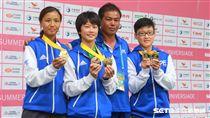 女子接力金牌李孟竹(左起)楊合貞、教練林詠祥、陳映竹。(圖/記者王怡翔攝)