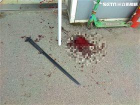 高姓保全遭武士刀劃傷當場血流如注。(圖/翻攝畫面)