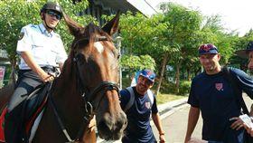 外籍選手們與帥氣的騎警隊開心合照。(圖/翻攝畫面)