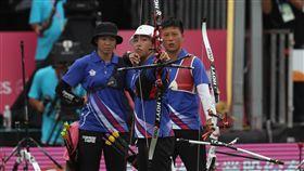 世大運女子團體反曲弓金牌賽世大運女子團體反曲弓金牌賽24日舉行,中華射手彭家楙(左起)、譚雅婷、雷千瑩3人出戰南韓隊。中央社記者張新偉攝 106年8月24日