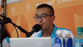 國際田總(IAAF)華語官方播報第一人陳晨,擔任世大運現場中文解說員。(圖/世大運執委會提供)