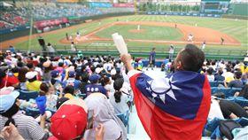 球迷為中華隊加油(2)2017年世大運棒球賽20日開打,棒球首日門票7800張銷售一空,戶外攝氏37度高溫烈日下,天母球場上午湧現人潮,有球迷披著大國旗到場為中華隊加油。中央社記者張新偉攝 106年8月20日