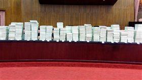 阻擋前瞻預算審查,國民黨上萬提案占滿主席台。(圖/取自鄭運鵬臉書)