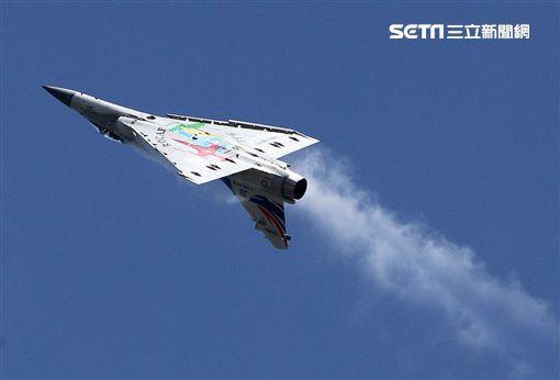 空軍幻象2000彩繪機單機特技操演。(記者邱榮吉/攝影)