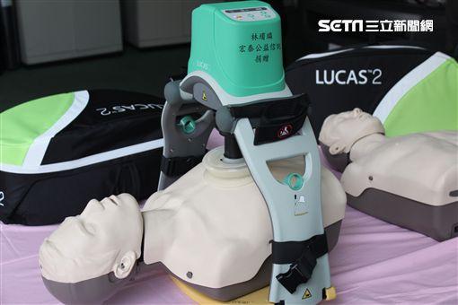 公益信託林堉璘宏泰教育文化公益基金捐贈2部自動心肺復甦機。(圖/記者游承霖攝)