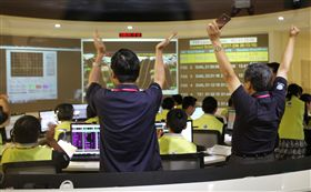 衛星福衛五號,發射,升空,科技部長陳良基(左2)舉臂歡呼(圖/中央社)