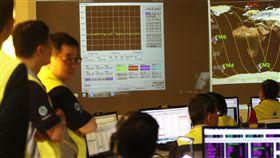 地面站接收到福衛五號訊號(2)台灣第一枚自主研製的衛星福衛五號,台灣時間25日凌晨2時50分在美國加州發射升空,福衛五號順利進入軌道,監控中心獲報挪威地面站凌晨4時13分首次收到福衛五號的訊號良好,未來兩週將對福衛五號進行微調。中央社記者張皓安攝 106年8月25日