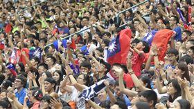 世大運男籃預賽 為中華隊加油(1)2017台北世大運男籃預賽,中華隊20日晚間在台北小巨蛋迎戰拉脫維亞,吸引許多球迷揮舞國旗為中華隊加油打氣。中央社記者張新偉攝 106年8月20日