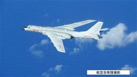 共軍轟炸機飛越日本宮古海峽。(圖/翻攝自日本防衛省網站)