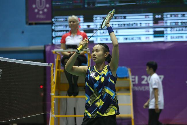 世大運羽球  戴資穎對決泰國(2)台北世大運羽球項目25日在台北體育館舉行,中華隊選手戴資穎(前)在混合團體賽中,對決泰國選手AIMSAARD Nuntakarn,以21比3、21比15直落二取得勝利。中央社記者吳家昇攝  106年8月25日