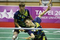 世大運羽球  男雙戰泰國(1)台北世大運羽球項目25日在台北體育館舉行,中華隊選手李洋(前)、李哲輝(後)在混合團體賽中,對決泰國選手,以21比6、21比13直落二取得勝利。中央社記者吳家昇攝  106年8月25日