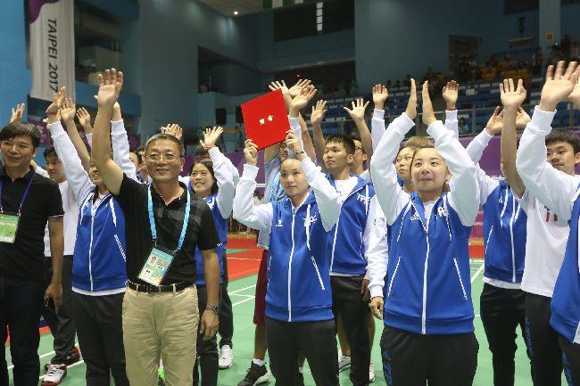 世大運羽球混合團體賽摘金(2)2017世大運羽球團體賽決賽,中華隊25日以直落三擊敗日本隊,摘下金牌。全隊賽後向全場支持觀眾揮手致意。中央社記者吳家昇攝 106年8月25日